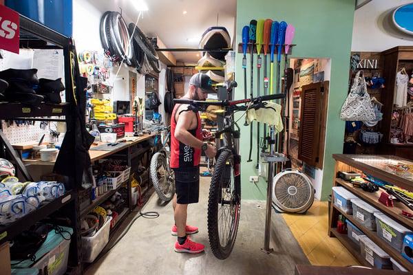 Jason at Pura Vida Ride shop in Las Catalinas_Photo by Pablo Cambronero